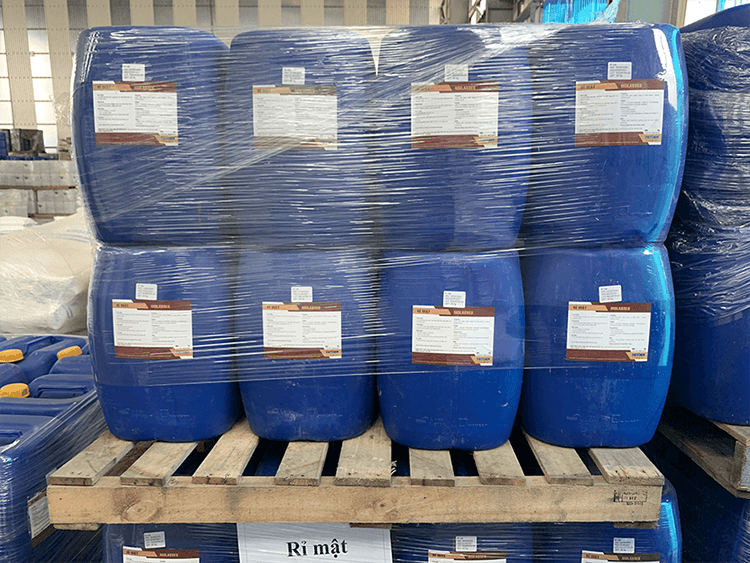 Sugarcane-molasses-is-pured-into-30-litres-bucket