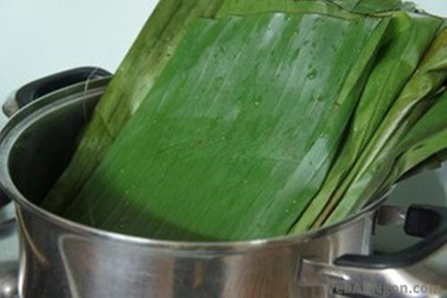 Blanching-fresh-banana-leaves-in-boiling-water